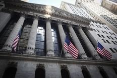 La Bourse de New York a ouvert sans grand changement mercredi à quelques heures de l'annonce des décisions de politique monétaire de la Réserve fédérale, qui devrait officialiser la fin de la politique d'assouplissement quantitatif. Quelques minutes après le début des échanges, le Dow Jones gagne 0,12%, le S&P-500 est inchangé et le Nasdaq Composite cède 0,27%. /Photo prise le 4 août 2014/REUTERS/Carlo Allegri