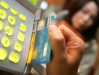 Ingenico annonce mercredi relever à nouveau son objectif de rentabilité pour 2014 après un solide troisième trimestre porté par un bond de son activité aux Etats-Unis où les commerçants s'équipent en terminaux de paiement sécuriés. /Photo d'archives/REUTERS/Issei Kato