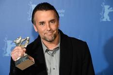 """Diretor Linklater recebe prêmio por """"Boyhood"""" no Festival de Berlim, em 15 de fevereiro.   REUTERS/Pool/Patrik Stollarz"""