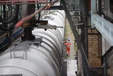 Рабочий проверяет цистерны с бензином на НПЗ Petrolchemie and Kraftstoffe (PCK) в Шведте 20 октября 2014 года. Фьючерсы на нефть Brent опустились ниже $87 за баррель в четверг под давлением сильного доллара, после того, как ФРС дала оптимистичный прогноз американской экономике. REUTERS/Axel Schmidt