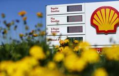 Un letrero con precios en una estación gasolinera de Shell en Encinitas, California. Imagen de archivo, 10 octubre, 2014.  Las ganancias de la petrolera Royal Dutch Shell subieron en casi un tercio en el tercer trimestre, superando las expectativas y sumándose a un sólido periodo de tres meses para las grandes petroleras europeas, que todavía deben sentir el impacto de un fuerte descenso en los precios del crudo.  REUTERS/Mike Blake