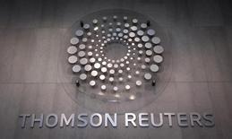 Логотип Thomson Reuters в лобби здания компании в Нью-Йорке 29 октября 2013 года. Выручка поставщика данных и новостей Thomson Reuters Corp выросла на 1 процент в третьем квартале благодаря подразделениям правовой, налоговой и бухгалтерской информации. REUTERS/Carlo Allegri