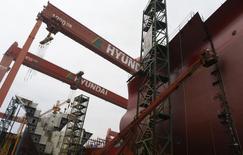 Vista de un astillero de Hyundai Heavy Industries en Ulsan. Imagen de archivo, 28 junio, 2013. La sudcoreana Hyundai Heavy Industries Co Ltd, el mayor astillero del mundo, registró una pérdida trimestral récord de 1.800 millones de dólares y advirtió que se dirige a su peor año histórico por excesos de costos en nuevas líneas de negocio desarrolladas para contrarrestar pedidos de barcos con bajos márgenes. REUTERS/Lee Jae-Won