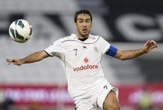 O jogador Raúl González em jogo pelo Al-Sadd Sports Club, do Catar, em Doha, em novembro de 2012. 23/11/2012 REUTERS/Fadi Al-Assaad