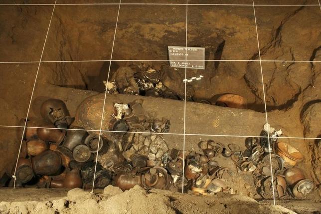 10月29日、メキシコの古代遺跡テオティワカンの地下トンネルから宗教儀式に用いられたとみられる大量の埋蔵品が見つかったことが分かった。写真は発掘された埋蔵品。提供写真。2日撮影(2014年 ロイター)