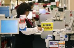 La consommation des ménages japonais a reculé de 5,6 % en septembre sur un an, après une baisse annuelle de 4,7 % en août, signe que leurs dépenses restent faibles. /Photo d'archives/REUTERS/Yuya Shino