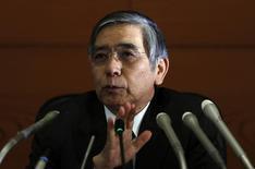 Le gouverneur de la Banque du Japon, Haruhiko Kuroda. La BoJ a surpris les marchés financiers vendredi en augmentant encore son programme massif de rachats d'actifs en réponse à une croissance et à une inflation défaillantes après le relèvement de la TVA intervenu en avril./Photo prise le 7 octobre 2014/REUTERS/Yuya Shino