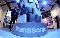 Panasonic a relevé de 13% sa prévision de bénéfice d'exploitation annuel et a renoué avec une position de trésorerie nette positive pour la première fois en cinq ans à la suite d'une restructuration de grande ampleur qui a liquidé les gammes non rentables de smartphones, téléviseurs et semi-conducteurs. /Photo prise le 4 septembre 2014/REUTERS/Hannibal Hanschke