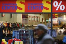 Una mujer pasa frente a una tienda de la minorista Karstadt en Frankfurt/Oder. Imagen de archivo, 24 octubre, 2014. Las ventas minorista en Alemania sufrieron en septiembre su mayor declive mensual en más de siete años, según datos publicados el viernes, en una señal de que no se puede depender de los consumidores para apuntalar a la mayor economía europea. REUTERS/Fabrizio Bensch