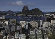 El vecindario de Botafogo visto con la famosa montaña Pan de Azúcar en Rio de Janeiro. Imagen de archivo, 24 febrero, 2011. Brasil anotó un déficit presupuestario primario de 25.491 millones de reales (10.400 millones de dólares) en septiembre, mostraron datos del banco central publicados el viernes, un saldo negativo bastante por encima de lo pronosticado por el mercado. REUTERS/Ricardo Moraes