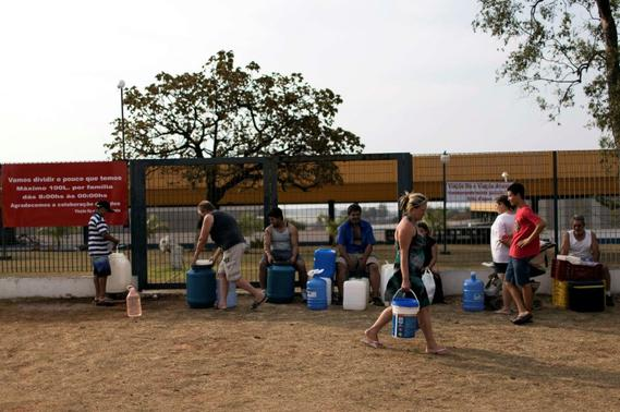 Residents of the region of Sao Paulo state that depends on the Cantareira water system fill water containers from a public tap as the eight-month rationing of water continues as a result of a record drought, in Itu, in this October 18, 2014 file photo. REUTERS-Roosevelt Cassio-Files