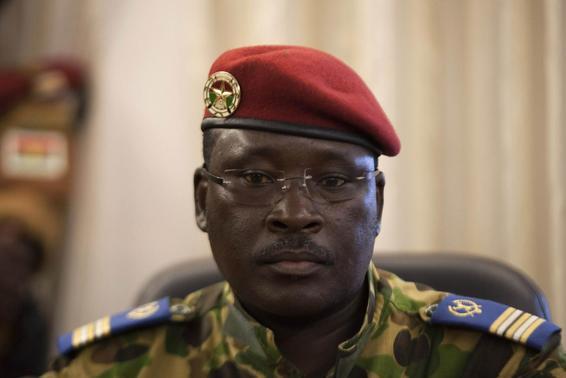 O tenente-coronel Yacouba Isaac Zida assiste a uma conferência de imprensa em que foi nomeado presidente na sede militar em Ouagadougou, capital do Burkina Faso 1º de novembro de 2014. REUTERS / Joe Penney