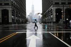 Una mujer cruza una calle con una vista en el fondo del One Trade Center en Nueva Jersey. Imagen de archivo, 01 noviembre, 2014. Los préstamos a pequeñas empresas de Estados Unidos subieron en septiembre, lo que llevó al índice de préstamos a compañías del sector de Thomson Reuters/PayNet a su mayor nivel en siete años y medio, según datos publicados el lunes. REUTERS/Eduardo Munoz