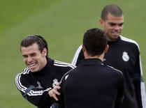 Gareth Bale brinca com Cristiano Ronaldo, perto de Pepe, em treino do Real Madrid. 03/11/2014 REUTERS/Sergio Perez