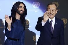 A cantora gay vencedora do concurso Eurovision, Conchita Wurst, se encontra com o secretário-geral da Organização das Nações Unidas (ONU), Ban Ki-moon, na sede da ONU, em Viena, na Áustria, nesta segunda-feira. 03/11/2014 REUTERS/Heinz-Peter Bader