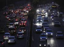 Heavy traffic moves along a busy road during the evening  in New Delhi October 20, 2014. REUTERS/Vijay Mathur