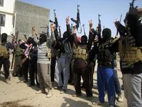 Atiradores sunitas mascarados posam para foto durante patrulha dirária em Falluja, oeste de Bagdá, no Iraque, em fevereiro. 26/02/2014 REUTERS/Stringer