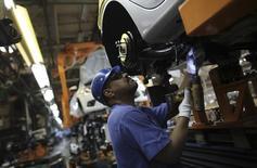 Operário trabalha na linha de montagem de uma fábrica da marca Ford em São Bernardo do Campo, São Paulo. 13/08/2013.  REUTERS/Nacho Doce