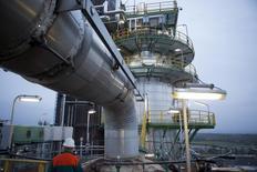 Vista general de la refinería de petróleo Petrolchemie und Kraftstoffe en Schwedt/Oder. Imagen de archivo, 20 octubre, 2014.  La Organización de Países Exportadores de Petróleo está preocupada de que los precios del crudo hayan perdido más de un cuarto de su valor desde junio, pero no ha entrado en pánico, dijo el martes el ministro del sector de Emiratos Árabes Unidos.  REUTERS/Axel Schmidt