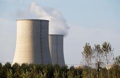 Le prix auquel EDF doit revendre à ses concurrents une partie de son électricité d'origine nucléaire (Arenh) n'augmentera pas le 1er janvier 2015 et restera donc maintenu à 42 euros par mégawatt/heure (MWh), ont annoncé mardi les ministères de l'Economie et de l'Energie. /Photo prise le 28 octobre 2014/REUTERS/Régis Duvignau