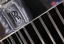 Rolls-Royce a annoncé la suppression de 2.600 postes au cours des 18 prochains mois, trois semaines après avoir lancé son deuxième avertissement sur résultats de l'année. /Photo prise le 3 octobre 2014/REUTERS/Jacky Naegelen