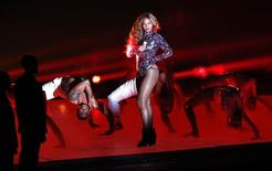 REFILING - CORRECTING PHOTOGRAPHERS NAME IN CAPTION - Beyonce performs a medley of songs during the 2014 MTV Video Music Awards in Inglewood, California August 24, 2014.   REUTERS/Mario Anzuoni (UNITED STATES  - Tags: ENTERTAINMENT)