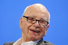 """Twenty-First Century Fox, le groupe de médias et de divertissement contrôlé par Rupert Murdoch, a publié mardi un chiffre d'affaires de 7,89 milliards de dollars (6,29 milliards d'euros) et un bénéfice de 1,04 milliard de dollars, soit 47 cents par action, supérieurs aux attentes du marché, soutenus par son réseau câblé et ses studios de cinéma, porté surtout par le succès des films """"La Planète des Singes: l'Affrontement"""" et """"Nos Etoiles contraires"""". /Photo prise le 29 octobre 2014/REUTERS/Lucy Nicholson"""