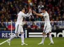James Rodríguez é substituído por Garteh Bale em jogo da Liga dos Campeões contra o Liverpool no Santiago Bernabéu. 04/11/2014 REUTERS/Susana Vera