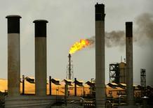 Imagen de archivo de la refinería de Amuay en Venezuela, abr 4 2003. La refinería Amuay, la más grande de Venezuela, necesitará al menos 48 horas para estar totalmente operativa tras el apagón que la afectó en la víspera, dijeron el miércoles trabajadores de la planta.  REUTERS/Jorge Silva