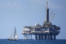 Нефтяная платформа у побережья Калифорнии 28 сентября 2014 года. Цены на нефть растут за счет незначительного повышения запасов нефти и роста занятости в США. REUTERS/Lucy Nicholson