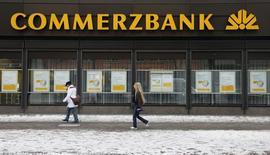 Отделение Commerzbank в Берлине 9 января 2009 года. Чистая прибыль Commerzbank в третьем квартале утроилась, достигнув 225 миллионов евро, так как прибыль в розничном и корпоративном подразделениях банка выросла, а расходы на плохие кредиты снизились. REUTERS/Johannes Eisele
