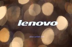 Логотип Lenovo на экране компьютера. Фотография сделана в Гонконге 27 мая 2010 года. Крупнейший в мире производитель ПК - Lenovo Group Ltd повысила квартальную прибыль на 19 процентов, превысив прогнозы рынка, за счет увеличения доли рынка. REUTERS/Tyrone Siu