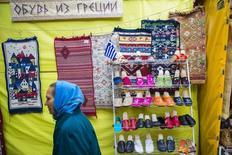 Магазин обуви в Алуште 11 марта 2014 года. Российские власти, отказавшиеся от идеи вернуть налог с продаж, готовятся увеличить нагрузку на малый и средний бизнес за счет сборов за возможность заниматься многими видами деятельности - от розничной торговли до мойки авто и ремонта обуви. REUTERS/Thomas Peter