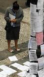 Mulher olha lista com oferta de empregos em rua no centro de São Paulo. 13/08/2014 REUTERS/Paulo Whitaker