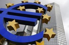 Un logo del euro en las afueras del Banco Central Europeo en Frankfurt. Imagen de archivo, 26 octubre, 2014. El Banco Central Europeo dejó el jueves sin cambios sus tasas de interés referenciales, manteniéndolas en un nivel históricamente bajo, en momentos en que despliega nuevas medidas de estímulo con la esperanza de alejar los fantasmas de la deflación y el estancamiento económico.  REUTERS/Ralph Orlowski