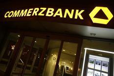 El logo del prestamista alemán Commerzbank es fotografiado en las oficinas de la compañía en Frankfurt. Imagen de archivo, 10 mayo, 2013. La ganancia neta de Commerzbank se triplicó a 225 millones de euros en el tercer trimestre gracias a un aumento en los ingresos en sus unidades de banca corporativa y minorista y a un descenso de los préstamos incobrables, en una señal de que el plan de reestructuración del banco se está afianzando. REUTERS/Lisi Niesner