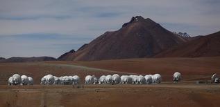Antenas parabólicas del proyecto ALMA en El Llano de Chajnantor en el desierto de Atacama, Chile, mar 12 2013. El Observatorio ALMA en Chile, el telescopio más grande del mundo, reveló el jueves un conjunto de inéditas imágenes de alta resolución de la génesis de una joven estrella, que podrían revolucionar las teorías sobre la formación de los planetas. REUTERS/Ivan Alvarado
