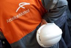 ArcelorMittal fait état d'un bénéfice en hausse au troisième trimestre 2014, l'activité de production d'acier ayant compensé la faiblesse de ses activités minières, touchées par la chute des cours du minerai de fer. Le premier sidérurgiste mondial a dégagé un excédent brut d'exploitation (Ebitda) de 1,91 milliard de dollars, soit davantage que le chiffre de 1,82 milliard de dollars prévu selon un consensus Reuters, après 1,71 milliard de dollars il y a un an. /Photo d'archives/REUTERS/Philippe Wojazer