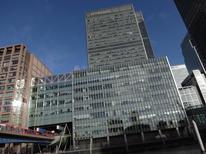 Las oficinas de JP Morgan en el distrito londinense de Canary Wharf, ene 28 2014. JPMorgan Chase & Co, el banco más grande de Estados Unidos por activos, dijo que reduciría 3.000 empleos más de lo esperado en su división de banca minorista.       REUTERS/Simon Newman
