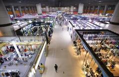 Imagen de personas visitando diferentes áreas de una feria de importaciones y exportaciones en Guangzhou, en la provincia de Guangdong. 4 de mayo, 2014. El crecimiento de la balanza comercial de China a tasa anual se desaceleró en octubre, mostraron el sábado unos datos, reforzando las señales de fragilidad en la segunda mayor economía del mundo que podrían llevar a autoridades a poner en marcha nuevas medidas de estímulo. REUTERS/Alex Lee