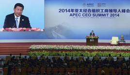 Le président chinois Xi Jinping a relativisé dimanche le ralentissement de l'activité auquel est confronté la deuxième puissance économique mondiale, à l'occasion du forum de Coopération économique Asie-Pacifique (Apec). /Photo prise le 9 novembre 2014/REUTERS/Wang Zhao/Pool