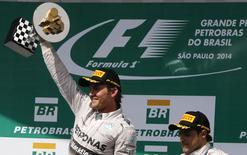 Nico Rosberg comemora vitória no GP Brasil ao lado de Felipe Massa, que chegou em terceiro.  REUTERS / Nacho Doce