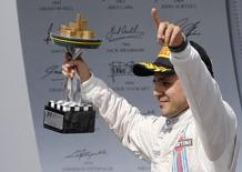 Felipe Massa, da equipe Williams, comemora terceiro lugar no GP Brasil neste domingo.  REUTERS/Paulo Whitaker