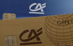 Crédit agricole est une des valeurs à suivre lundi à la Bourse de Paris. Le projet de réorganisation du groupe, portant notamment sur le transfert de l'organe central du véhicule coté Crédit agricole SA (Casa) vers les caisses régionales, a été repoussé, rapportent Les Echos. /Photo d'archives/REUTERS/Jacky Naegelen