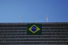 Les économistes brésiliens ont revu à la baisse leur prévisions de croissance pour l'économie du pays. Le produit intérieur brut (PIB) devrait augmenter de 0,2% cette année et de 0,8% en 2015. /Photo prise le 4 juillet 2014/REUTERS/Damir Sagolj
