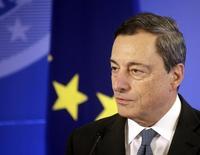El presidente del BCE, Mario Draghi, durante una ceremonia en Vilnus. Imagen de archivo, 25 septiembre, 2014.  La confianza en la economía de la zona euro se recuperó ligeramente en noviembre tras registrar tres meses de declive, debido a que los inversores tenían expectativas en que una economía global más dinámica impulsada por Estados Unidos y Japón anime al bloque, mostró el lunes un sondeo. REUTERS/Ints Kalnins