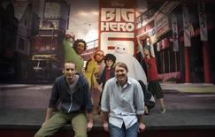 """Los directores de la cinta """"Big Hero 6"""" Don Hall y Chris Williams posan para un retrato en los estudios Disney en Burbank, EEUU, sep 29 2014. """"Big Hero 6"""", la película animada de superhéroes de Walt Disney encabezada por un robot volador, ocupó la cima de la taquilla cinematográfica el fin de semana en Estados Unidos y Canadá al recaudar 56,2 millones de dólares, superando a la aventura espacial """"Interstellar"""" dirigida por Christopher Nolan. REUTERS/Mario Anzuoni"""