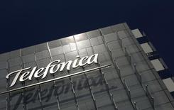 El logo de la española Telefónica visto en sus oficinas corporativas en Madrid. Imagen de archivo, 29 julio, 2010. La compañía de telecomunicaciones Telefónica Brasil registró un alza de su ganancia neta interanual de un 35 por ciento en el tercer trimestre, a 1.022 millones de reales (400 millones de dólares), según un comunicado enviado al regulador. REUTERS/Susana Vera