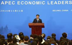 El presidente de China, Xi Jinping, habla durante una conferencia de prensa para la cumbre de la APEC en el Centro Internacional de Conferencias de lago Yanqi en Beijing, 111 noviembre, 2014. La recuperación económica global es inestable y los países del foro de Cooperación Económica del Asia Pacífico (APEC) deberían acelerar las negociaciones sobre acuerdos de libre comercio para fomentar el crecimiento, dijo el martes el presidente chino, Xi Jinping.  REUTERS/Goh Chai Hin/Pool