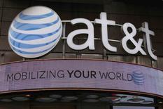 Una tienda de AT & T en Nueva York, oct 29 2014. El titán estadounidense AT&T entrará a la pelea por la telefonía móvil mexicana con la compra del operador local Iusacell, un anuncio que colocó una nueva pieza en el rompecabezas del sector pero despertó más preguntas sobre cómo terminará viéndose el mercado, actualmente dominado por el magnate Carlos Slim. REUTERS/Shannon Stapleton